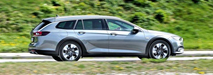 Opel Insignia Country Tourer jadąca