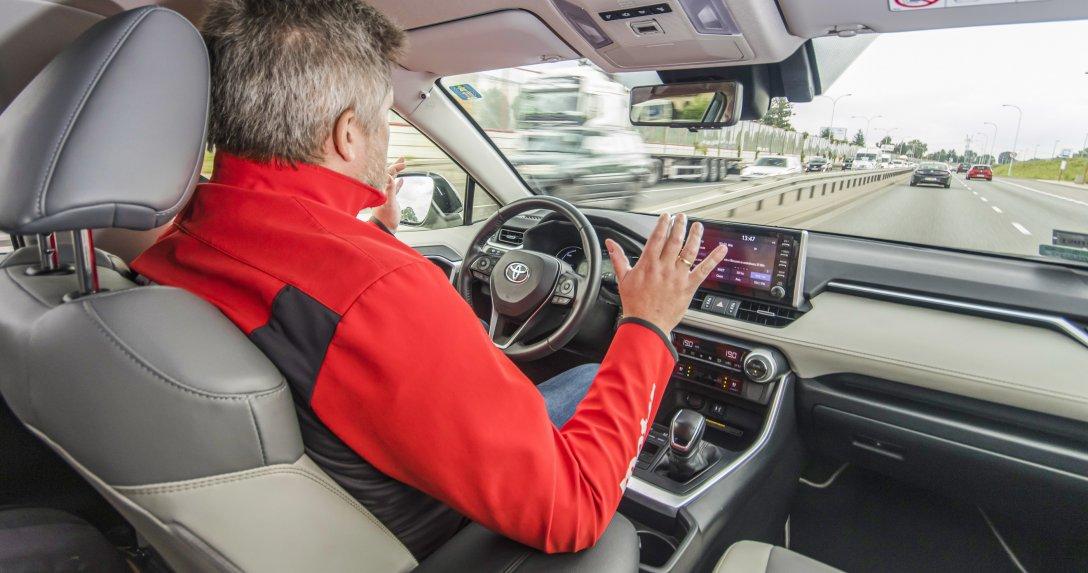 Test aktywnych tempomatów i systemów utrzymywania toru jazdy