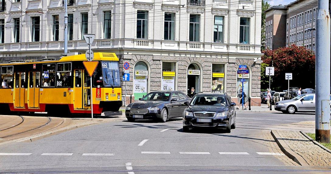 Większość kierowców ma problem, kiedy na drodze pojawia się tramwaj.