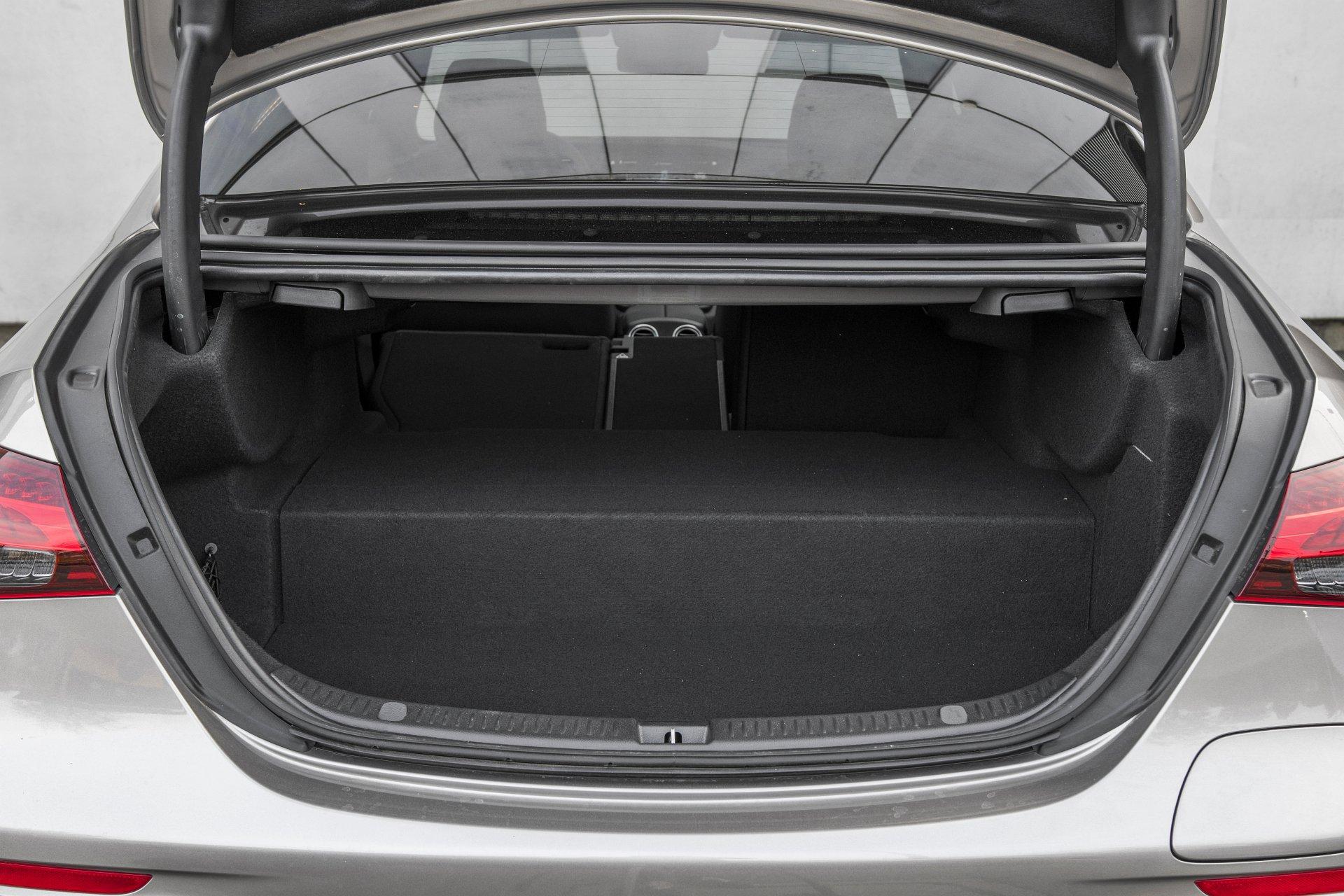 Mercedes E 300 de lifting (2020) - test - bagażnik 01