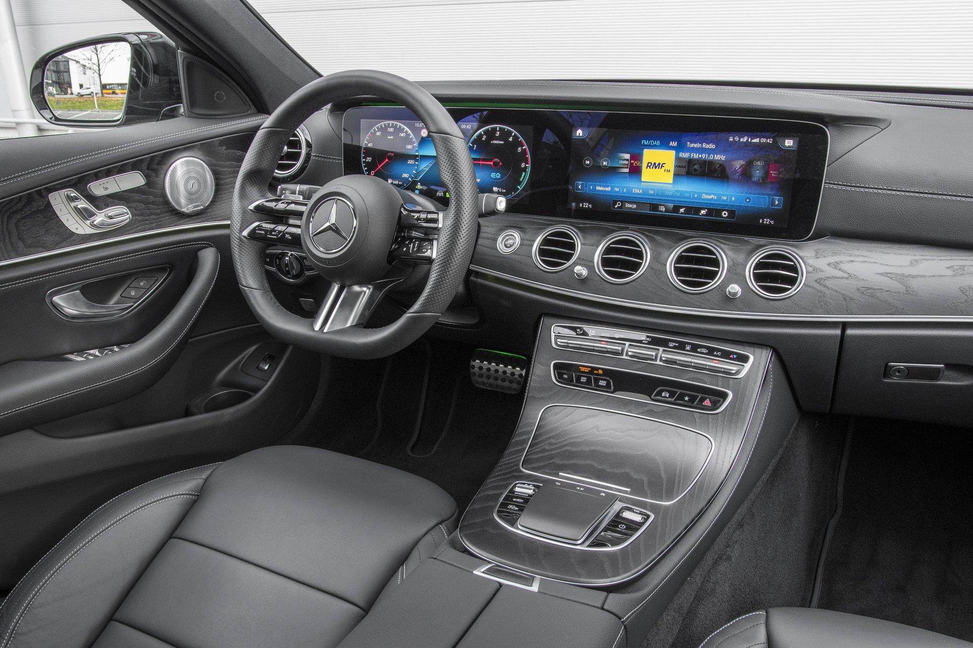Mercedes E 300 de lifting (2020) - test - kokpit, deska rozdzielcza 01