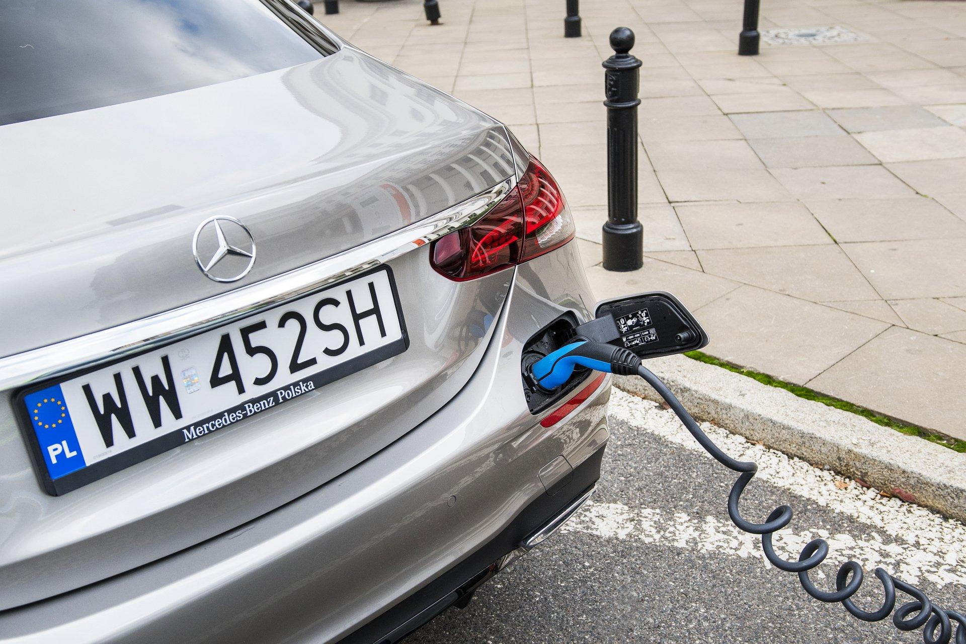 Mercedes E 300 de lifting (2020) - test - ładowanie akumulatora