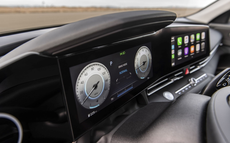 Hyundai_elantra_cockpit