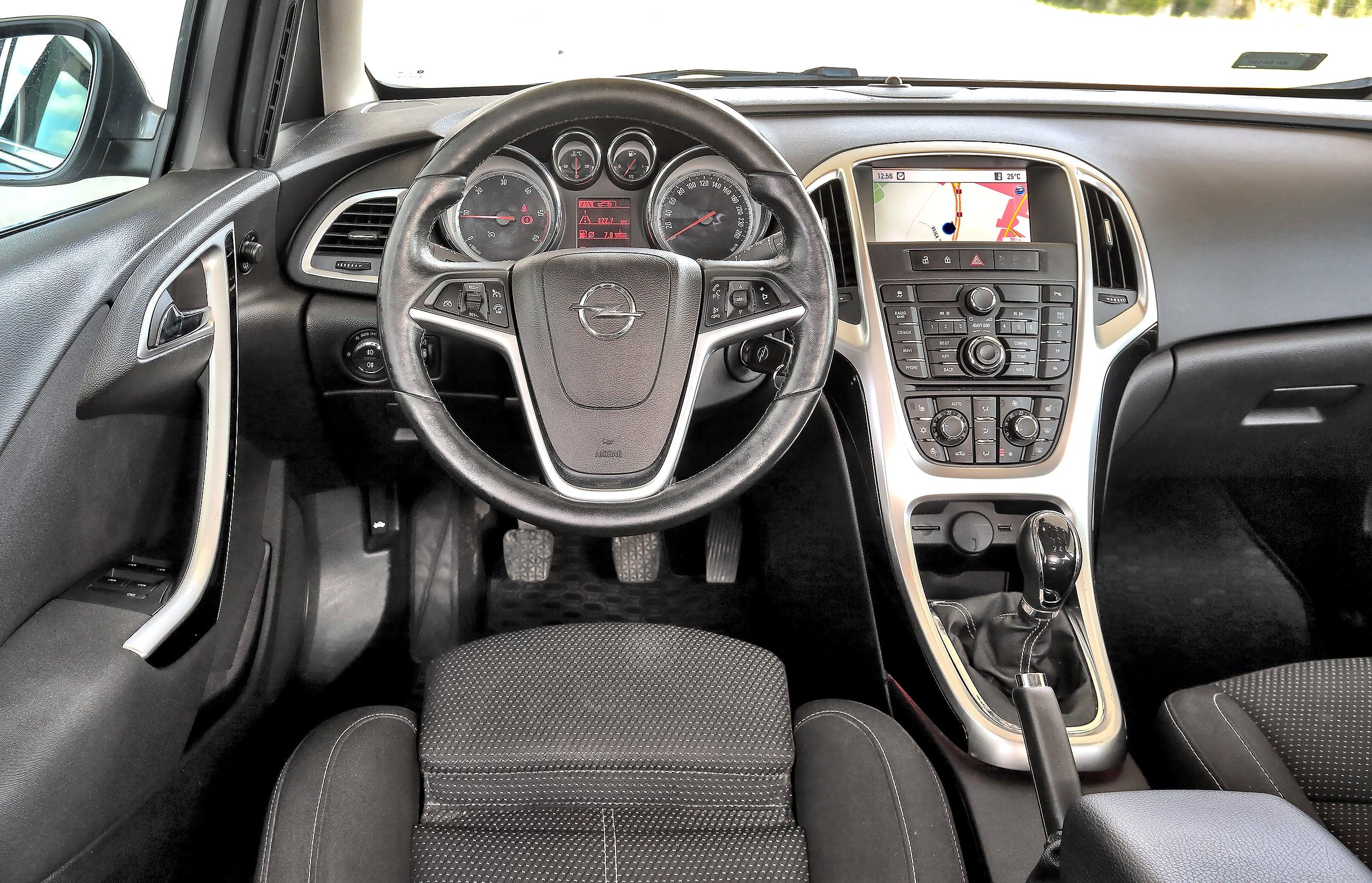 Opel_Astra_J_Sports_Tourer_11