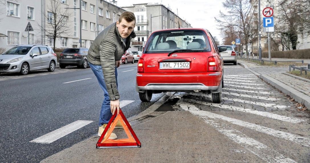 trójkąt ostrzegawczy za samochodem