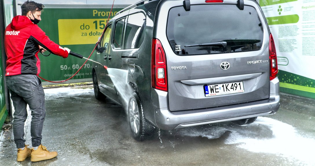 Mycie auta na myjni bezdotykowej