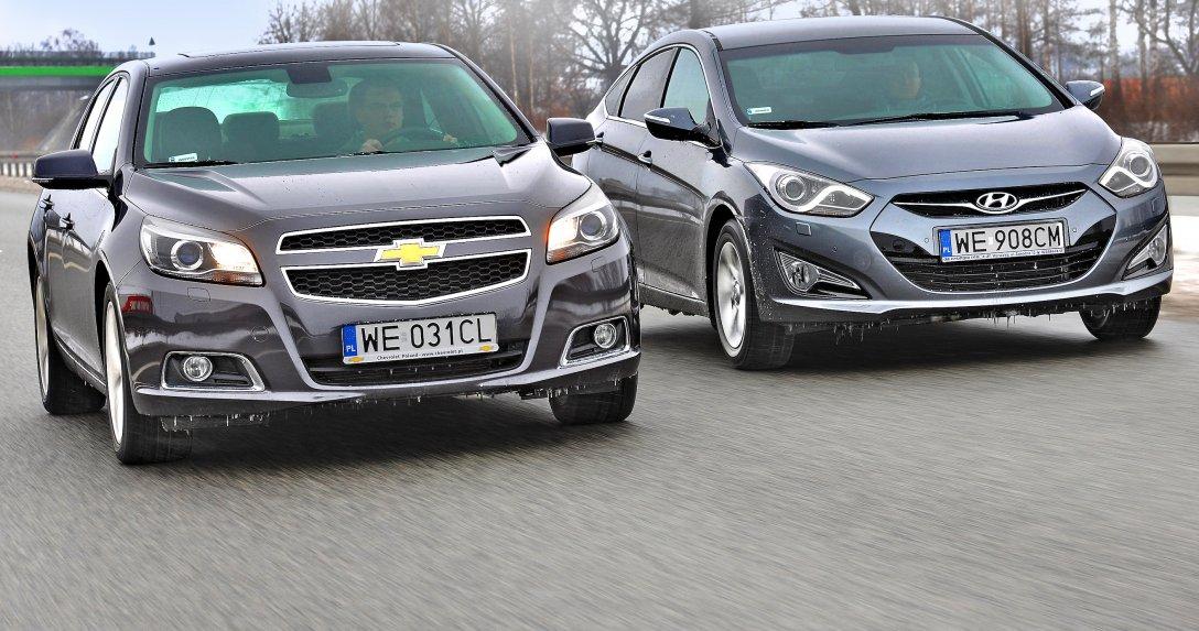 Jadące Chevrolet Malibu i Hyundai i40
