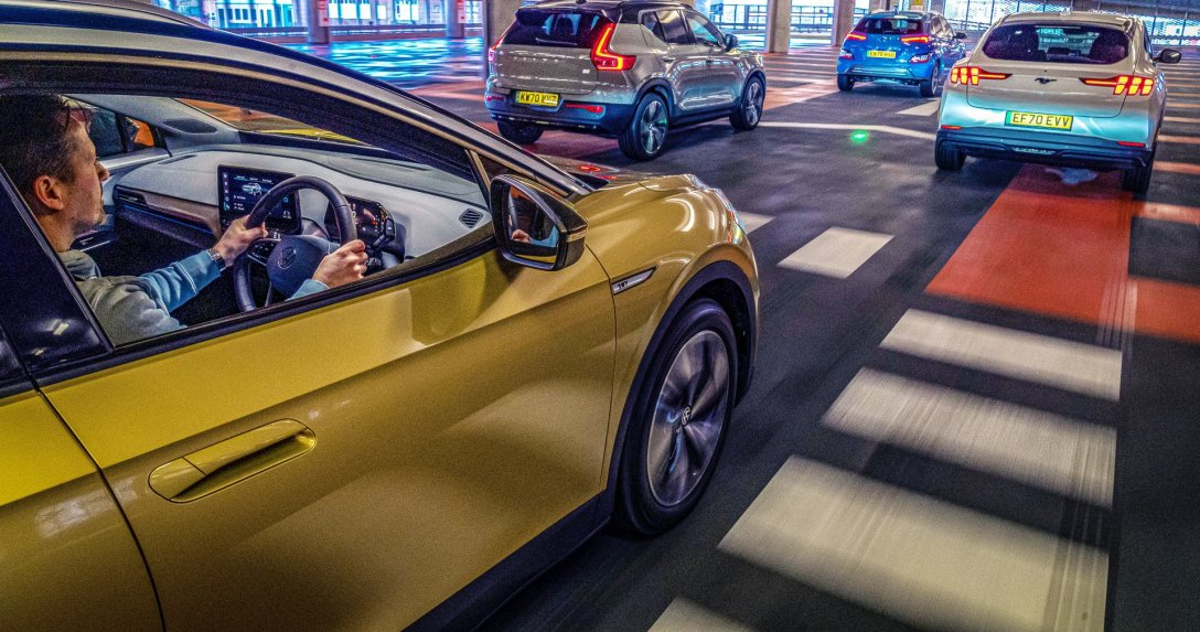 Ford Mustang Mach-E, Hyundai Kona Electric, Volvo XC40 Recharge Electric, VW ID.4  w ruchu na parkingu wielopoziomowym