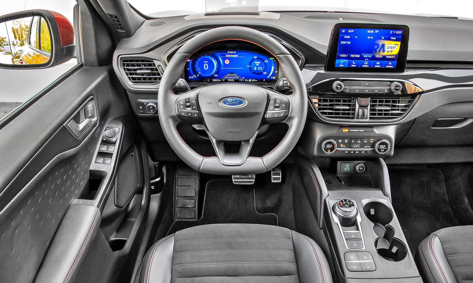 Ford Kuga Plug-in PHEV deska rozdzielcza