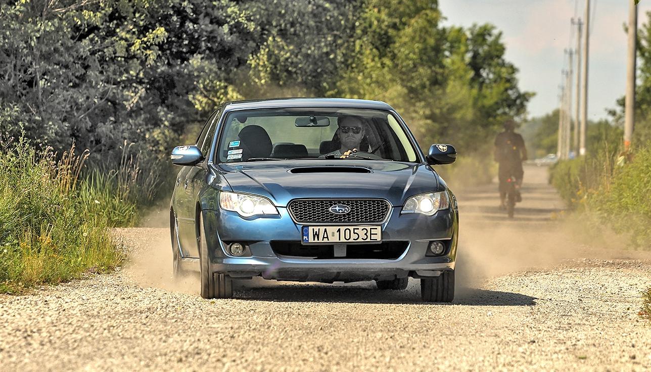 Subaru Legacy 2.0D auto przodem w ruchu na szutrze