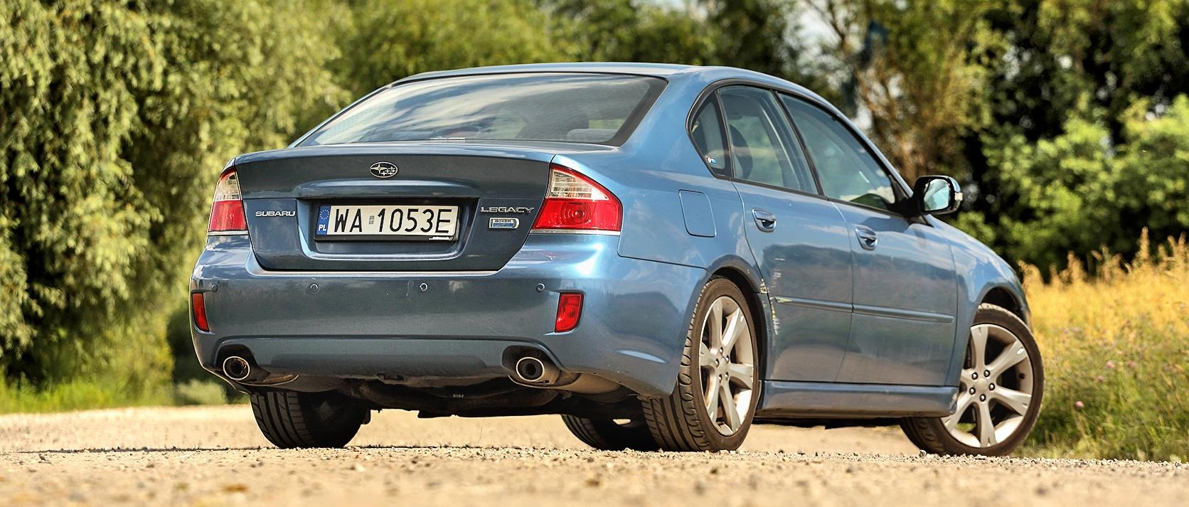 Subaru Legacy 2.0D sylwetka stojącego auta tył ibok