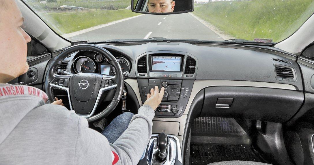 Auto poza siecią dróg w nawigacji