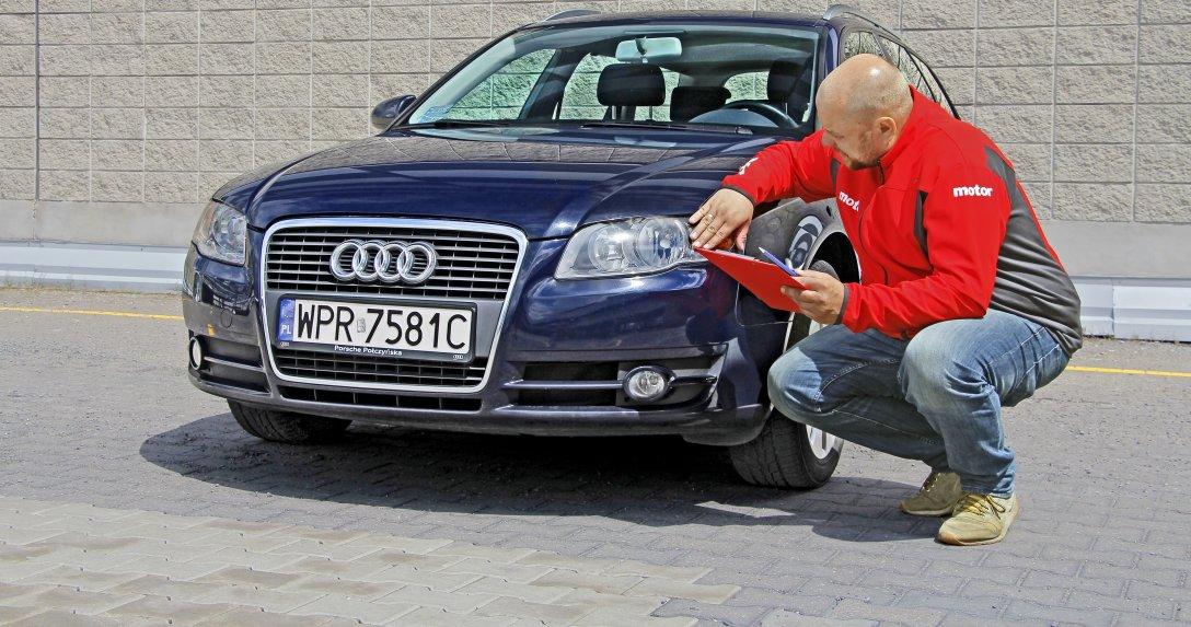 Mężczyzna sprawdza stan auta