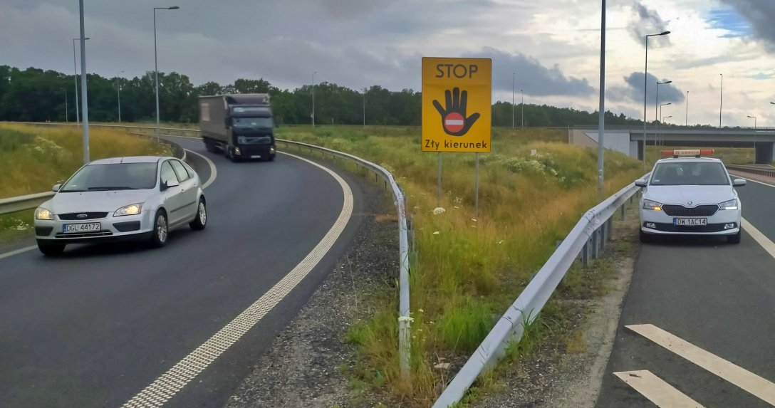 """tablica """"Stop. Zły kierunek"""""""