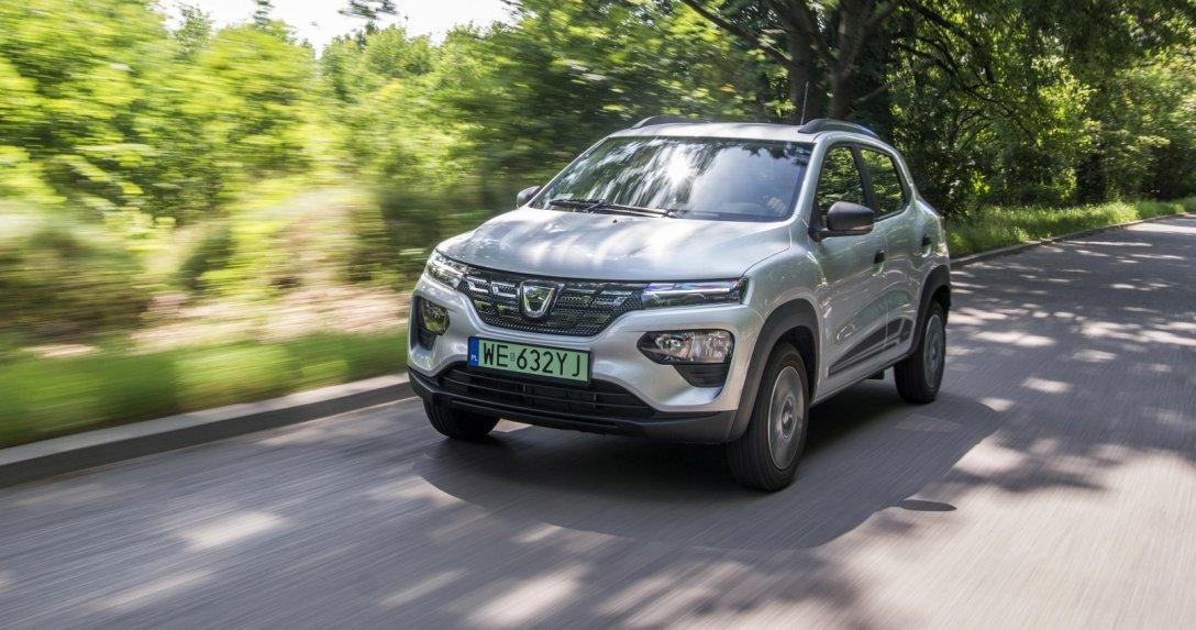 Dacia Spring przód i bok – sylwetka w ruchu