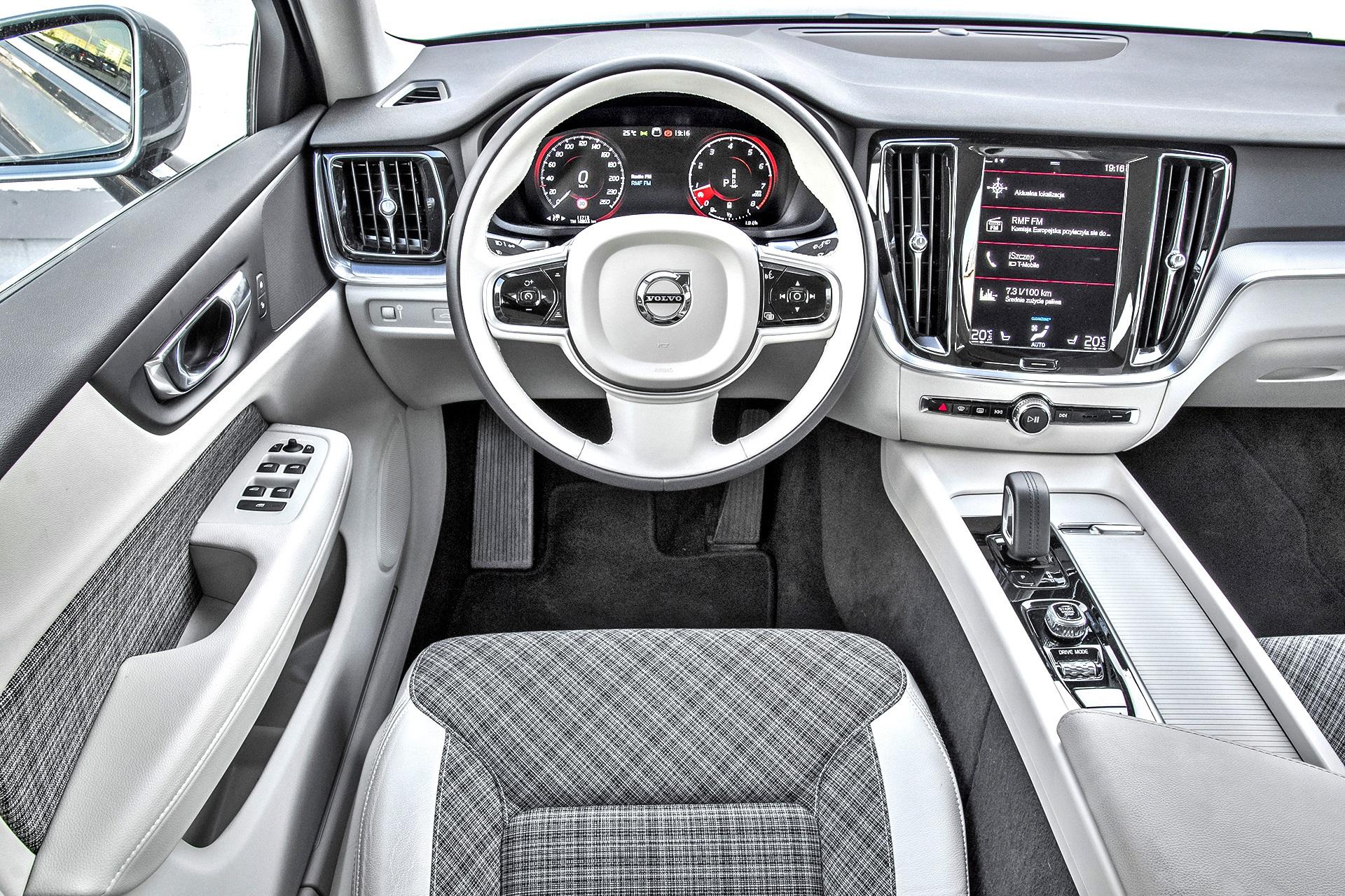 2021 Volvo V60 B4 - kokpit