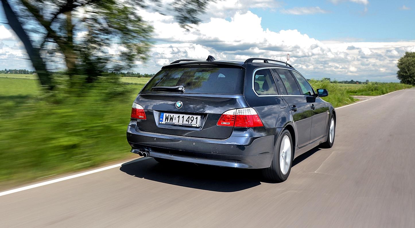 BMW 530i Touring E61 wruchu nadrodze poza miastem tył ibok