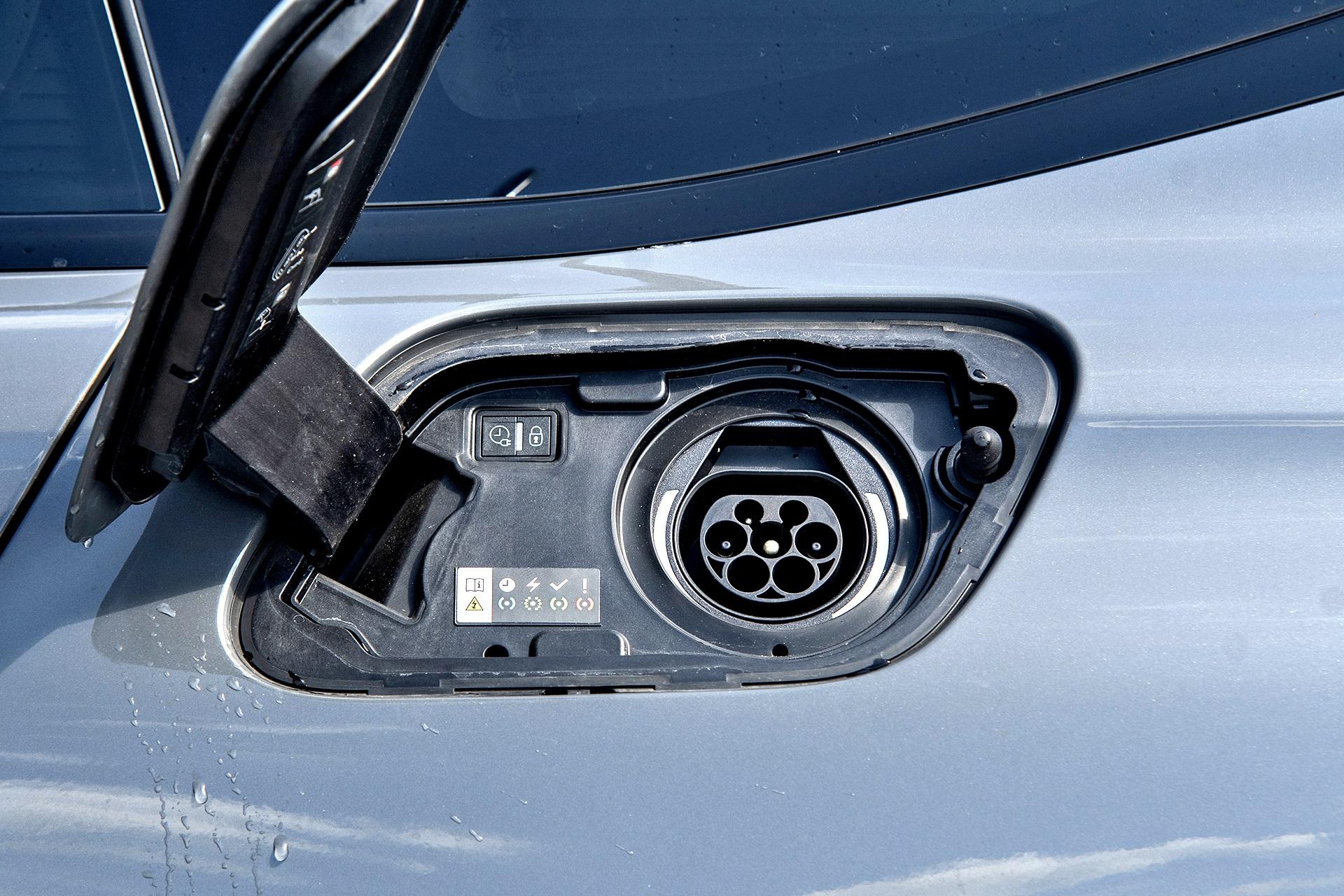 Peugeot 508 PSE SW - gniazdo ładowania