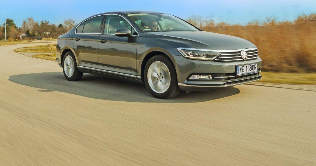 Volkswagen Passat (B8) 1.8 TSI na łuku drogi, bok i przód