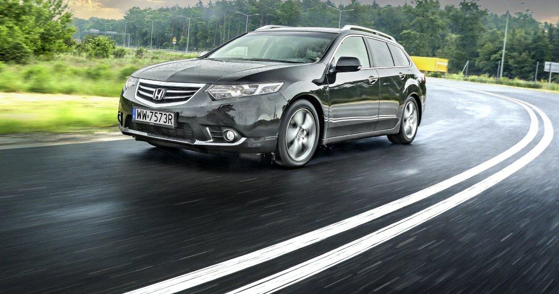 Honda Accord VIII 2.0 Tourer na łuku drogi