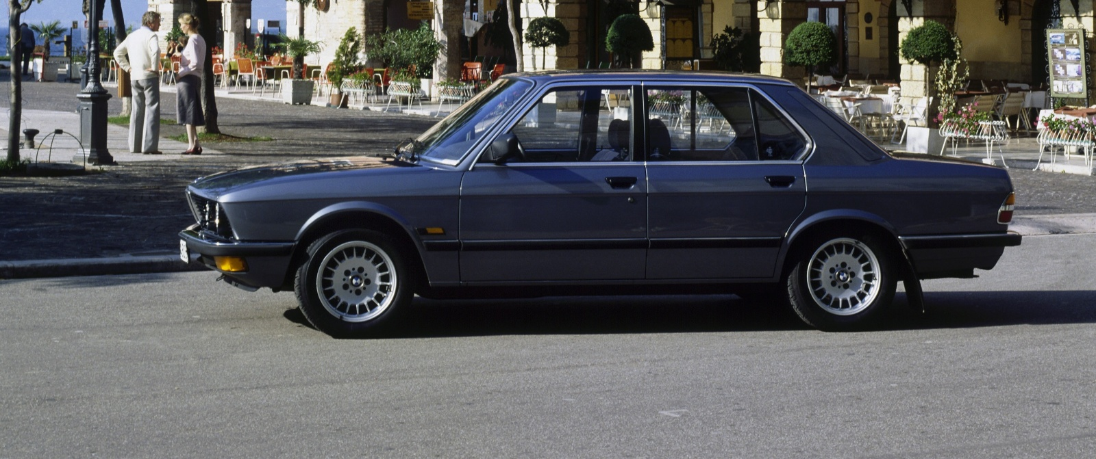 BMW serii 5 E28 - bok, profil 528i