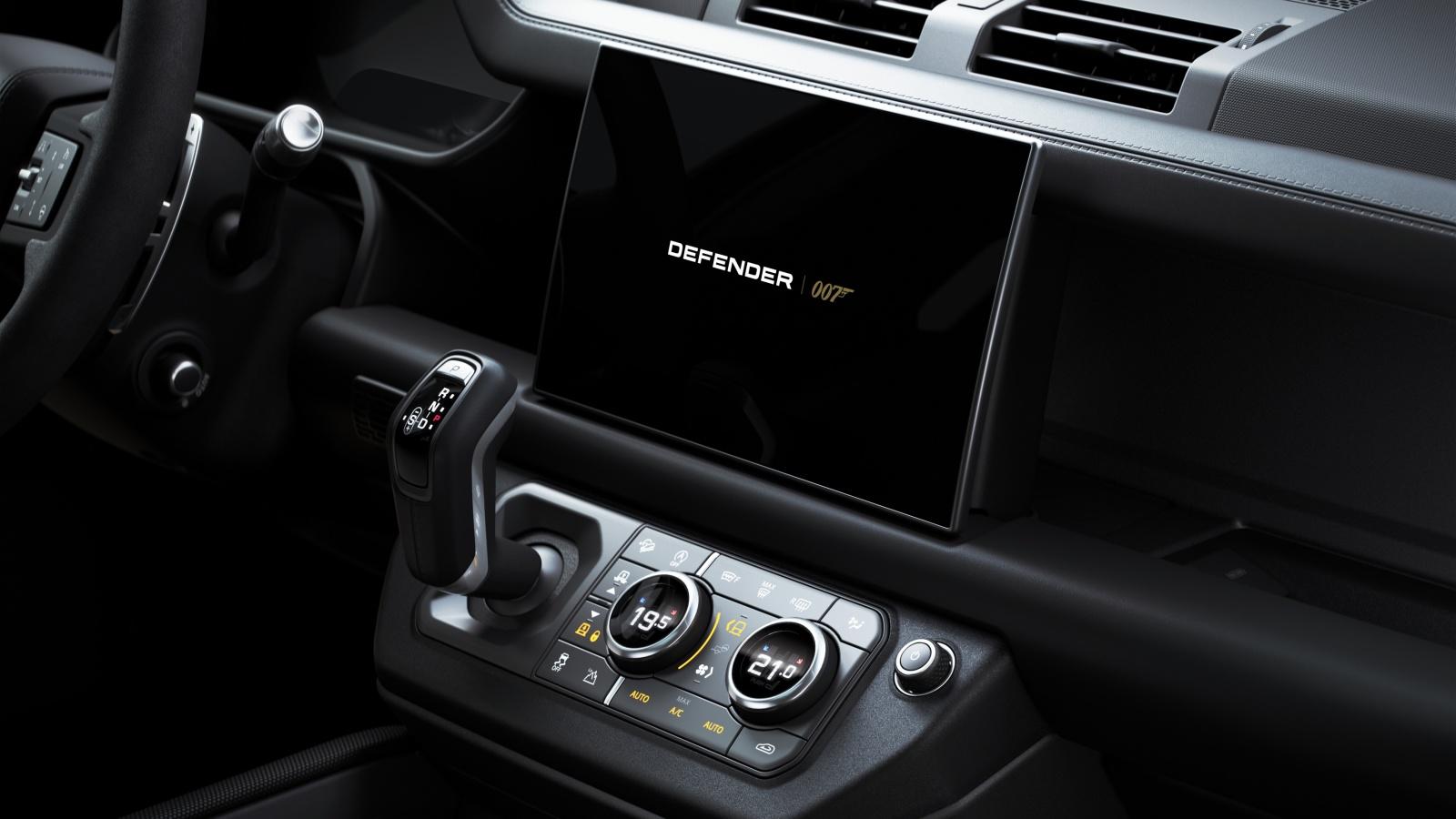 Land Rover Defender V8 Bond Edition - wyświetlacz, deska rozdzielcza