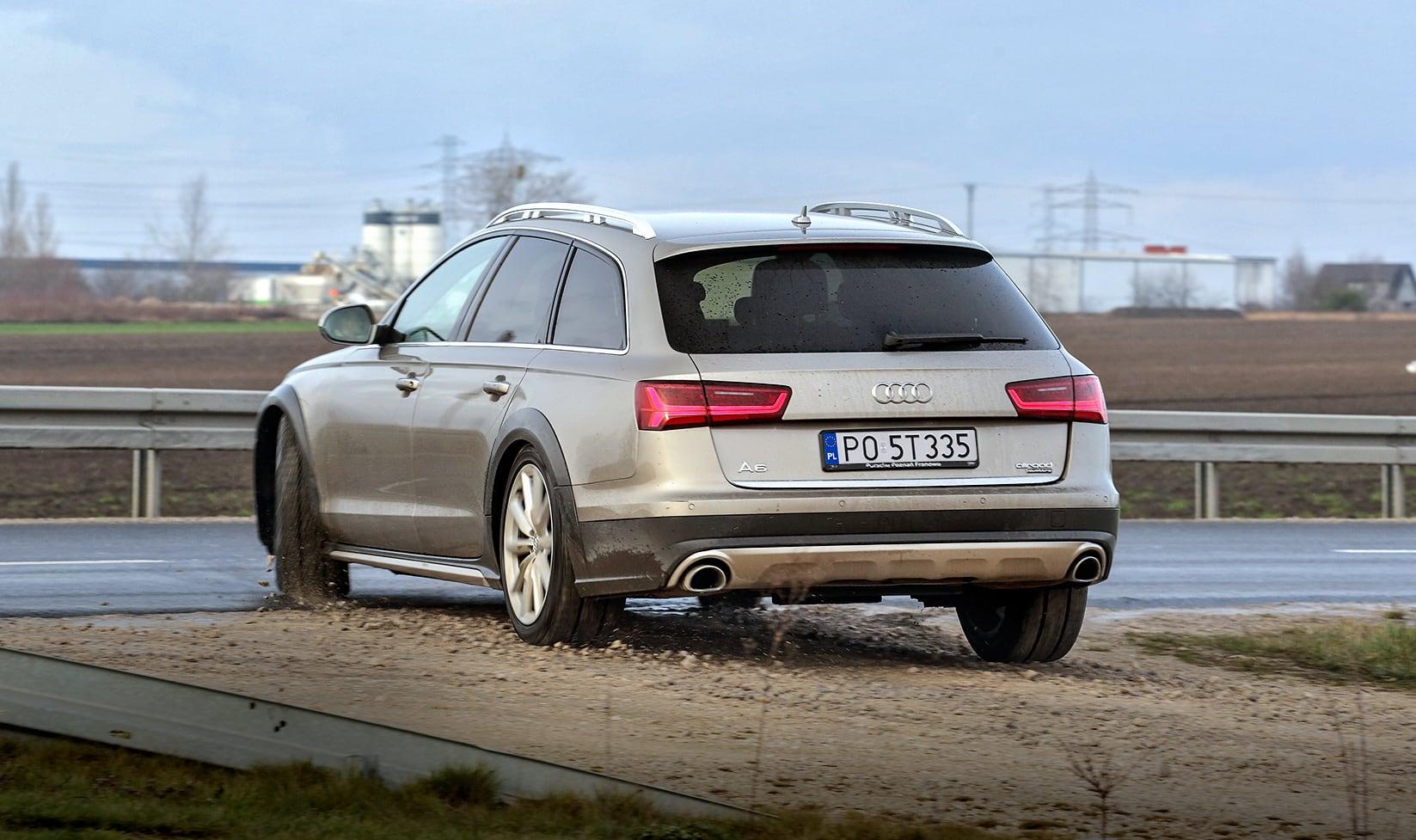 Audi A6 (C7) Allroad 3.0 TDI tył auta wyjeżdżającego zszutru naasfalt