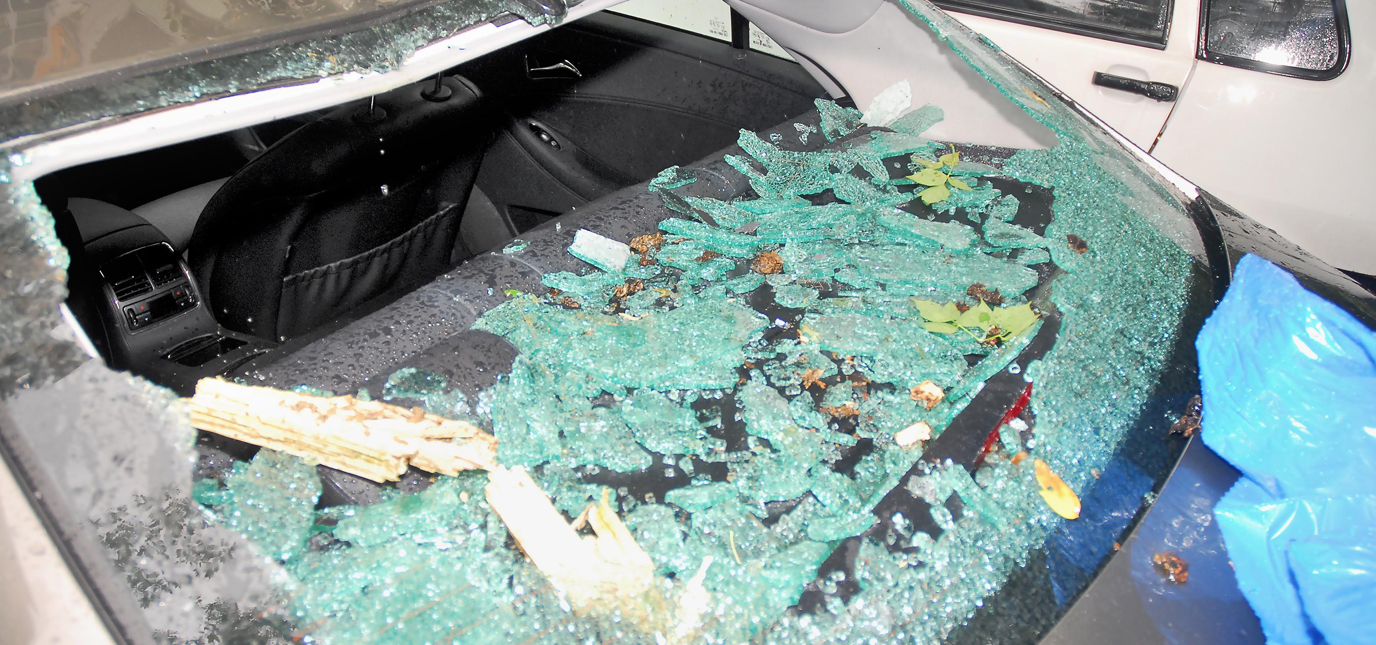 zniszczona tylna szyba samochodu