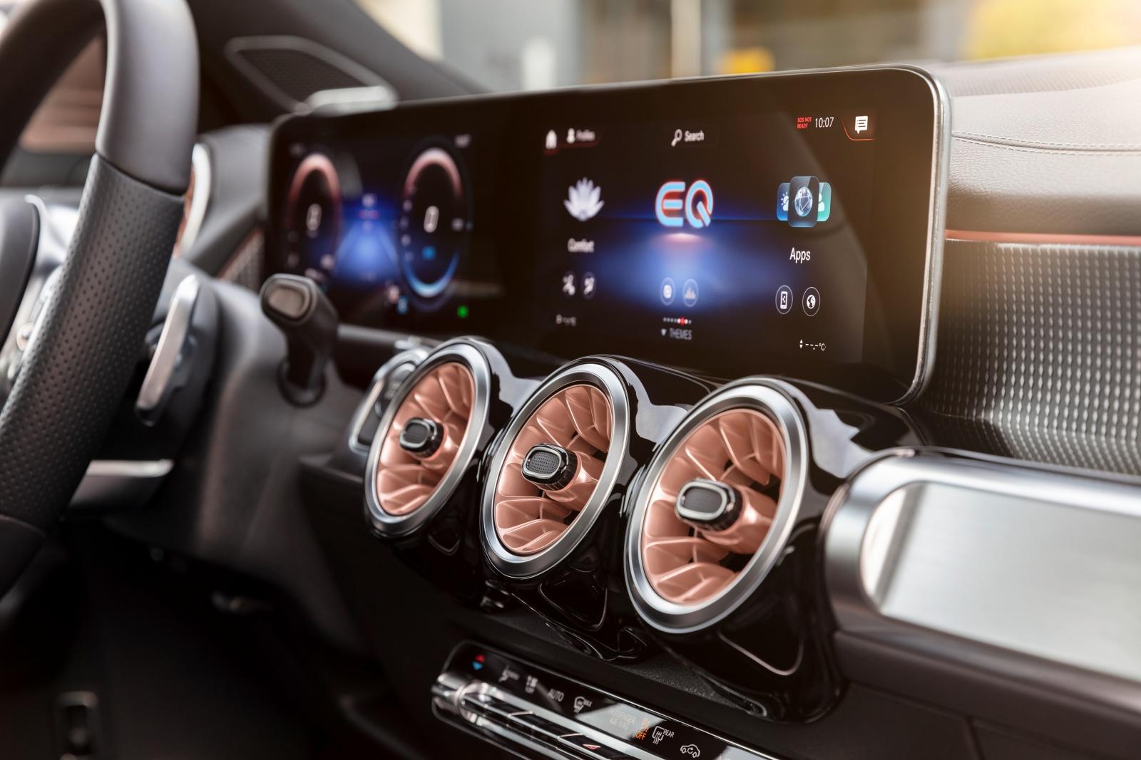 Mercedes EQB - deska rozdzielcza, ekrany