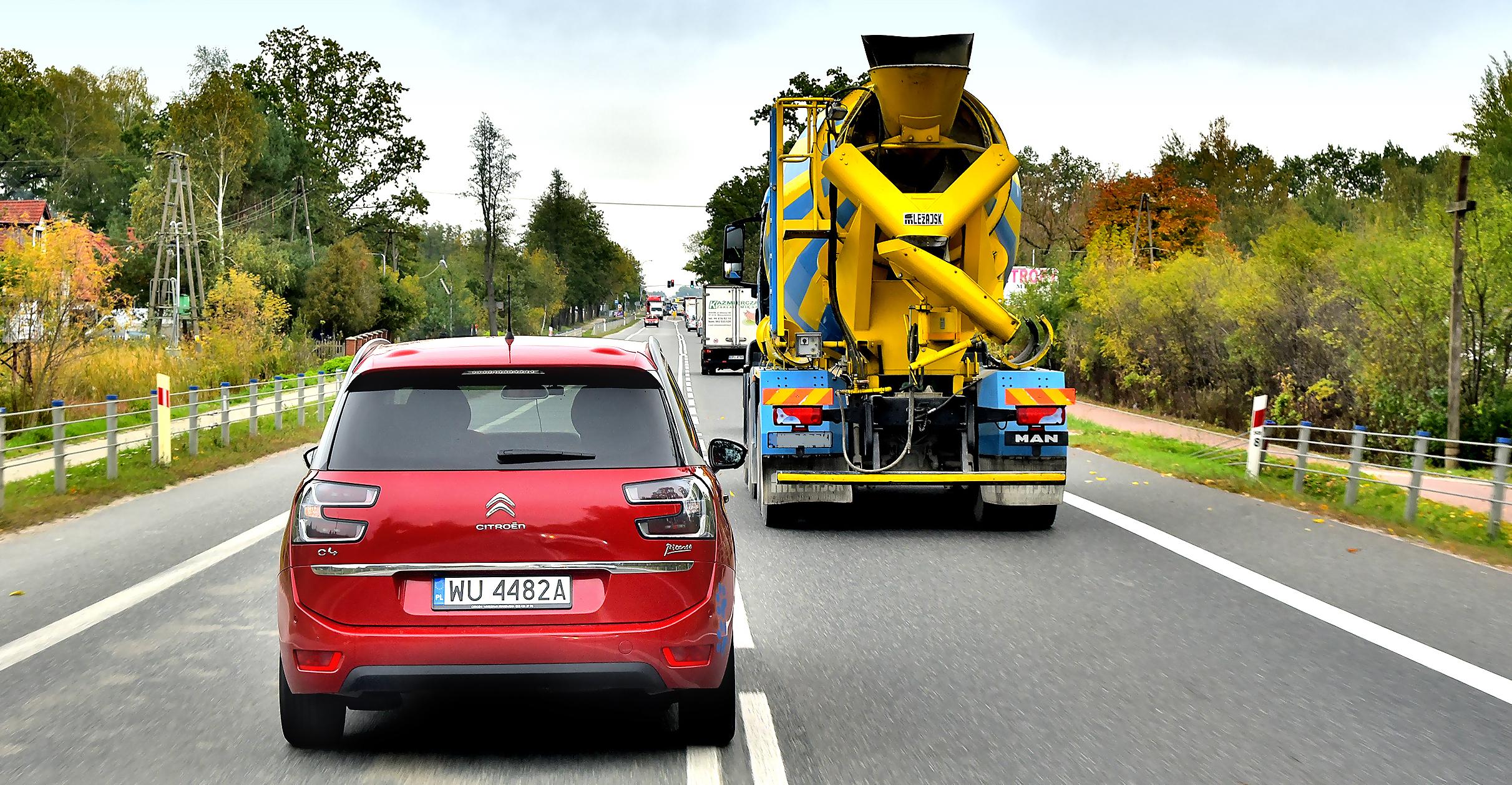 Citroen wyprzedza ciężarówkę nadrodze jednopasmowej
