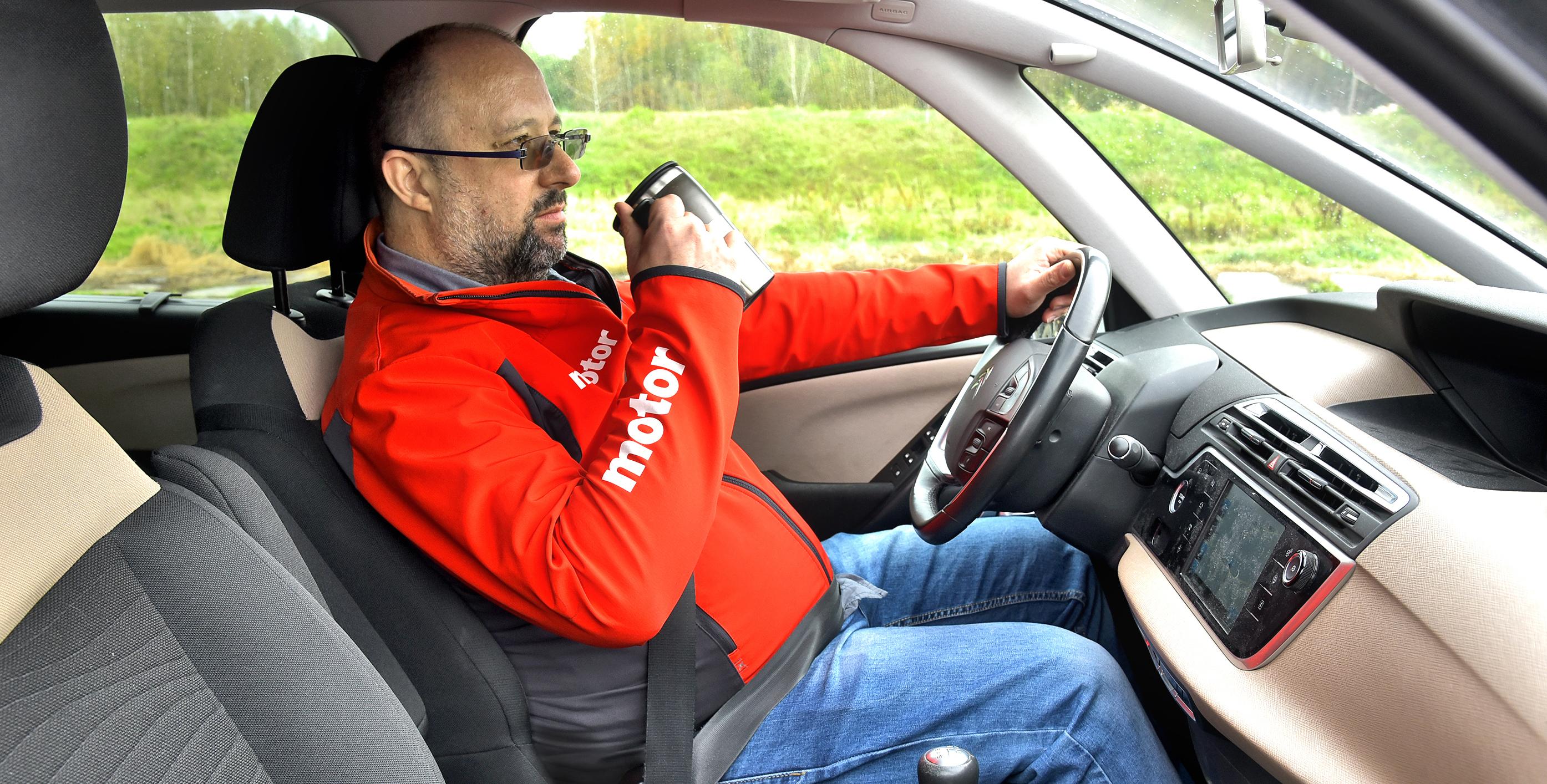 Kierowca pije kawę