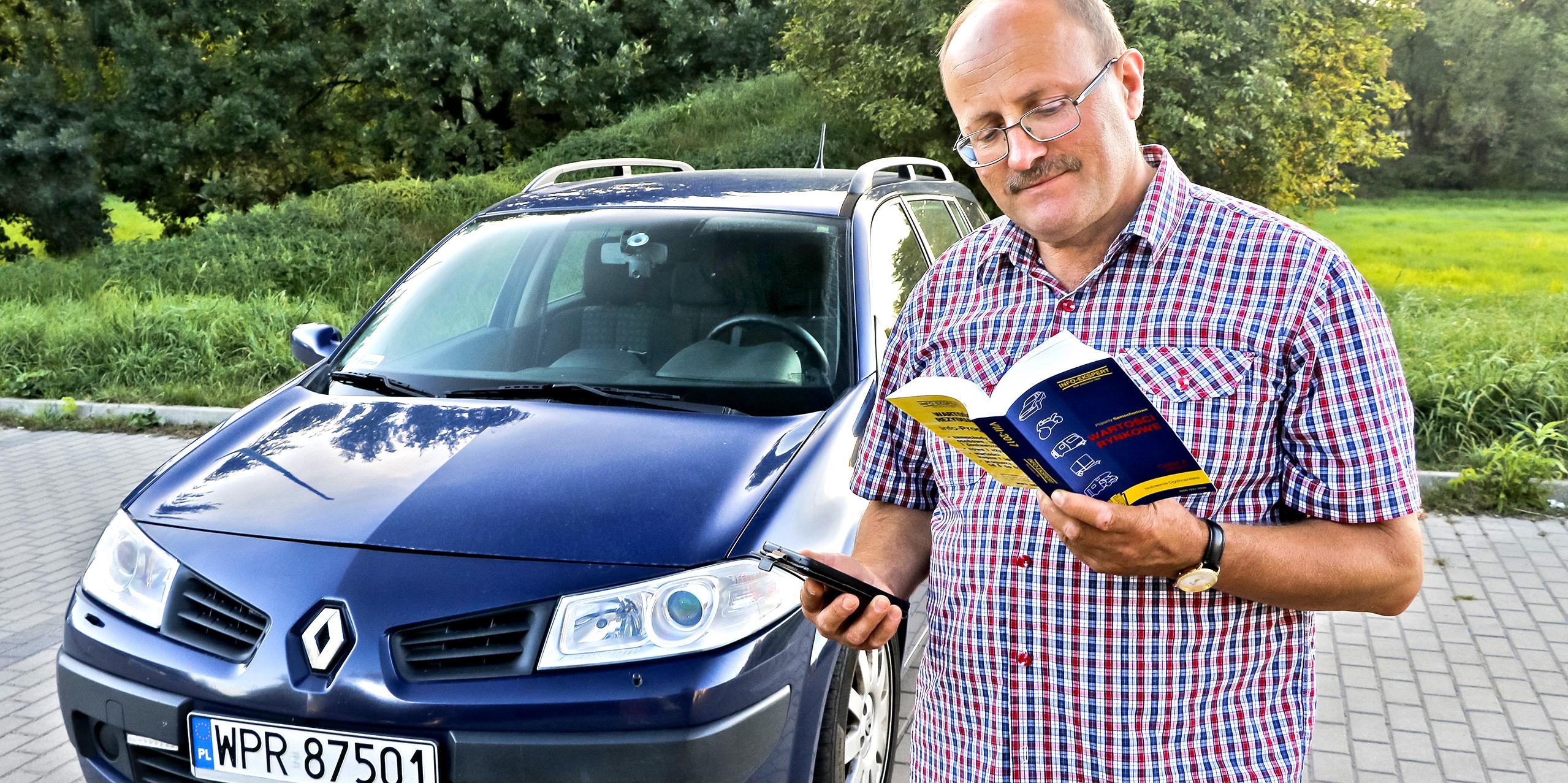 człowiek czyta katalog info-ekspert