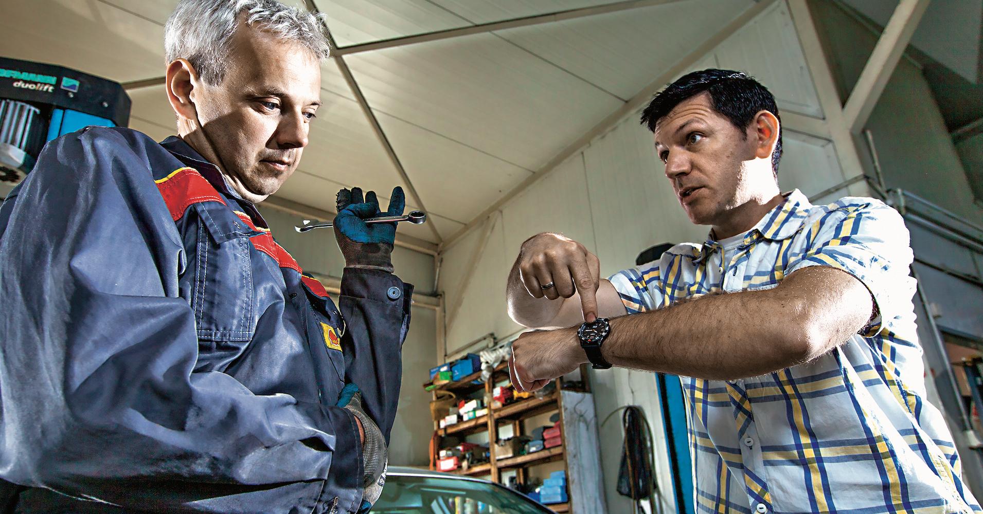 klient pokazuje nazegarek mechanikowi