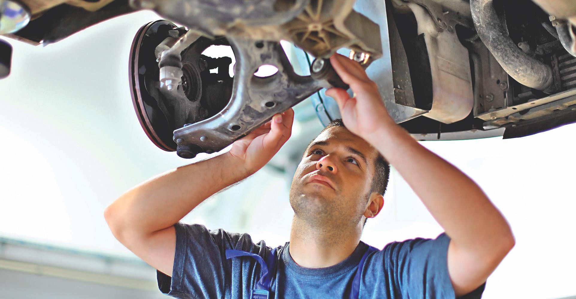 mechanik naprawia zawieszenie