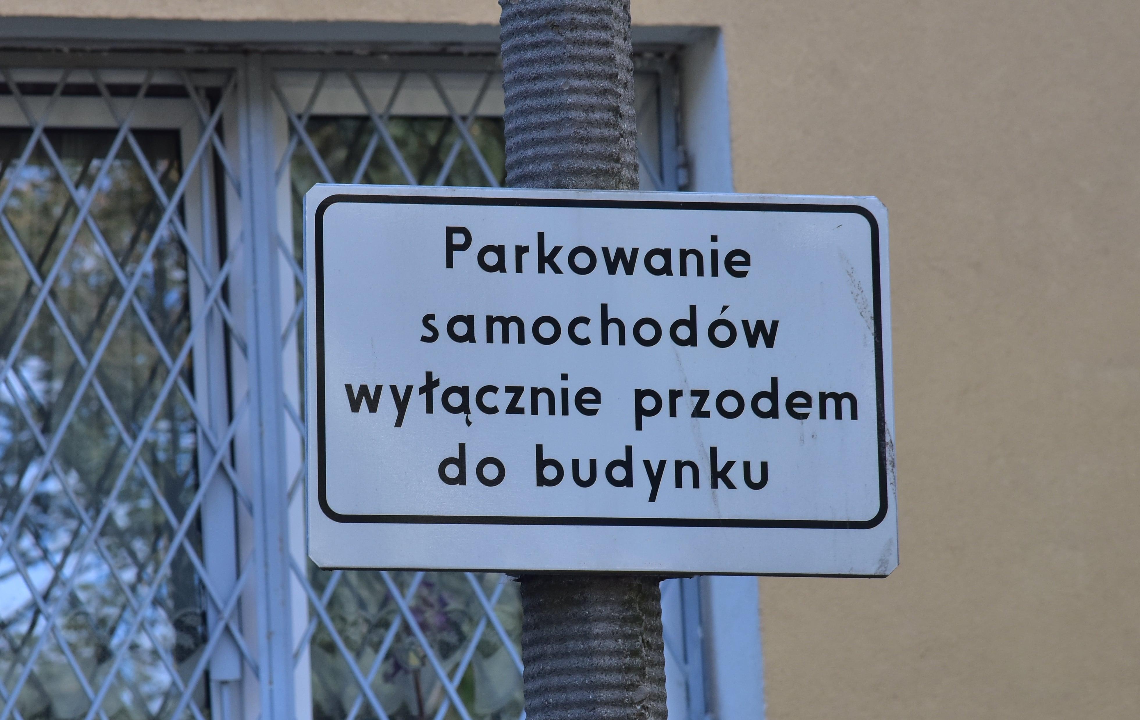 znak parkowanie samochodów wyłącznie przodem biały