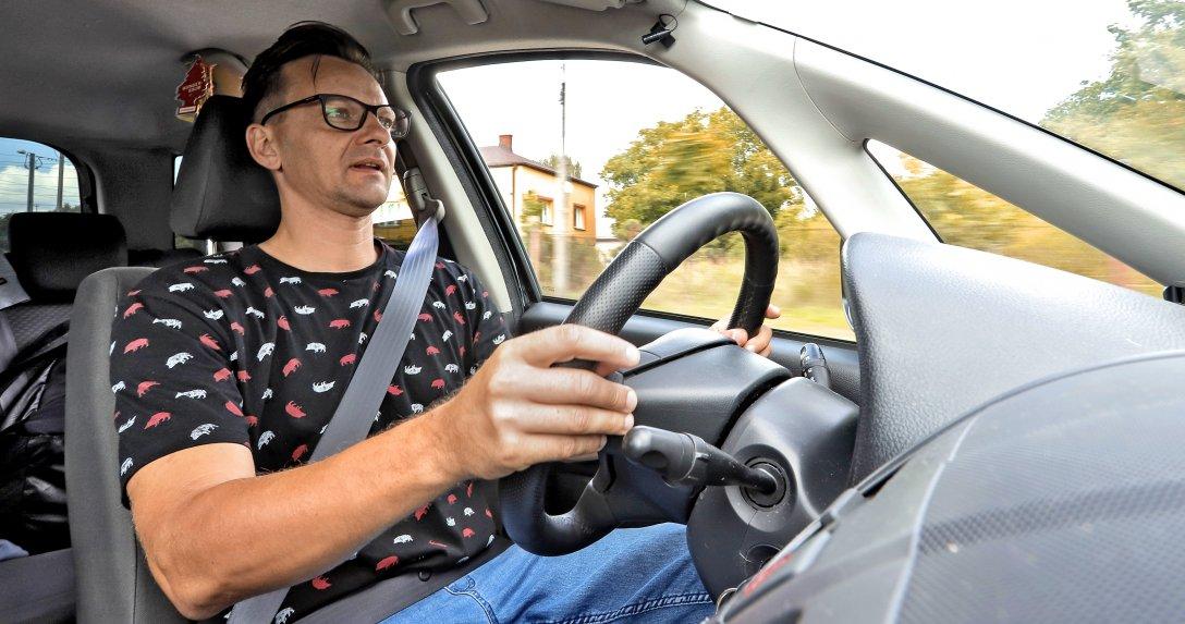 Kierowca w okularach wewnątrz auta