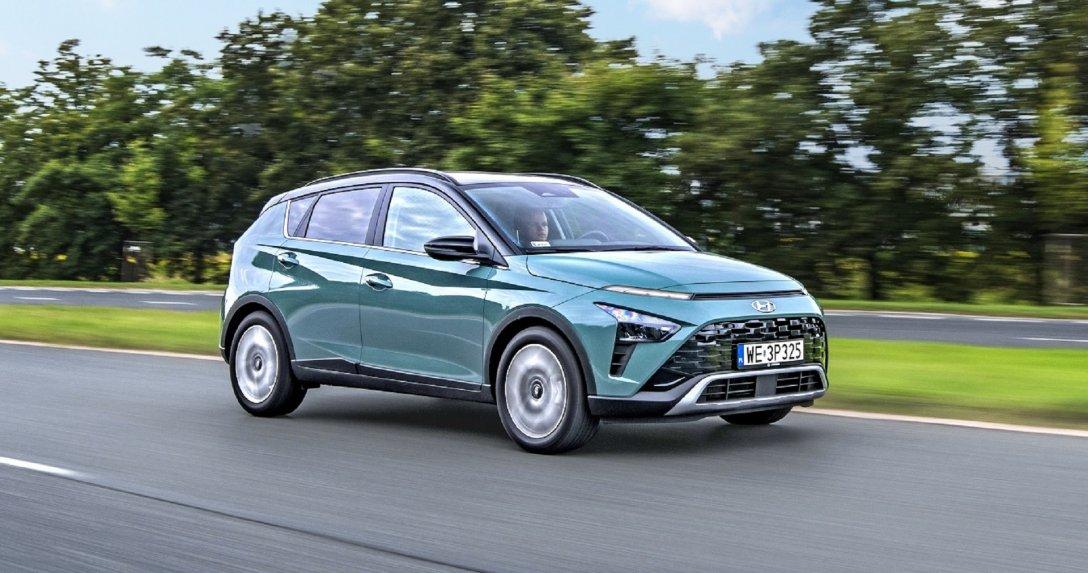 Hyundai Bayon w ruchu przód i bok
