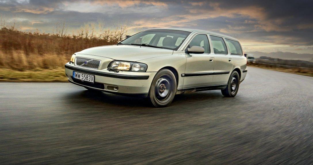 Volvo V70 II T5 na łuku drogi przód i bok