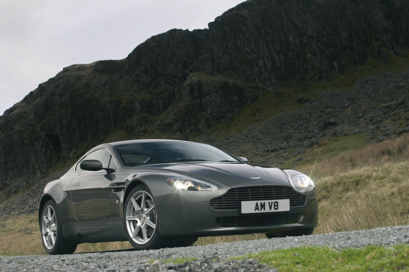 Aston Martin V8 Vantage - przód