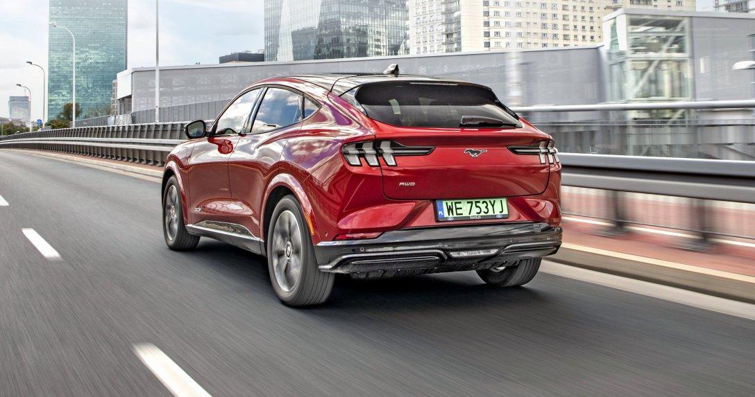 Ford Mustang Mach-E w ruchu tył
