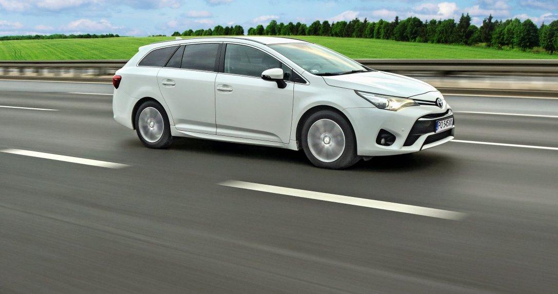 Toyota Avensis – bok i przód w ruchu