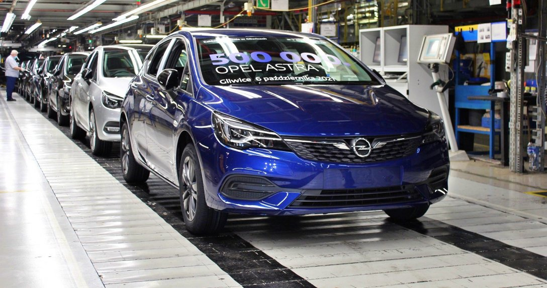 Opel Astra na linii produkcyjnej w fabryce samochodów w Gliwicach